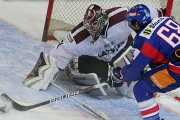 Dočkal sa. Stanislav Gron (pred lotyšským brankárom Masalskisom v prípravnom zápase v Skalici) si po prvý raz zahrá na svetovom šampionáte.