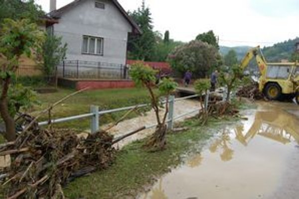Povodne po prívalových dažďoch majú veľmi rýchly priebeh. Voda rýchlo stúpne a aj rýchlo klesne, zanecháva však spúšť. Podobnú prívalovú vlnu zažili vo štvrtok aj v Žipove v okrese Prešov.