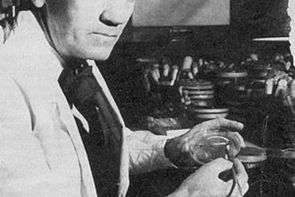 Alexander Fleming. V laboratóriu, ktoré sa zmenilo na Ústav patológie a výskumu a od r. 1948 nesie názov Wright-Fleming Institute.