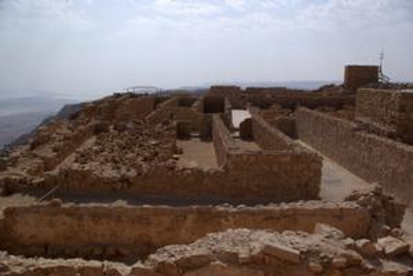 Zvyšky skladových priestorov. Židovskí obrancovia Masady mali dostatočné zásoby potravín.