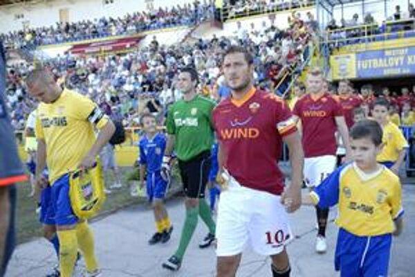 Peter Bašista (vľavo) i Francesco Totti si počas zápasu i podebatovali.