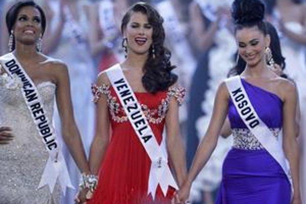 Trojica najkrajších. Miss vesmíru sa stala Venezuelčanka v strede, na druhom mieste je Miss z Dominikánskej republiky, na treťom z Kosova.
