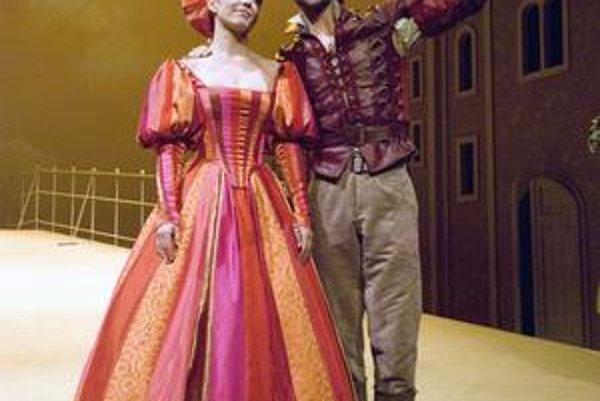 Tomáš a Diana. Zatiaľ sú spolu len v dvoch divadelných predstaveniach.