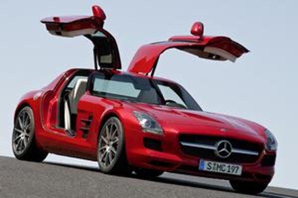 Superšportový Mercedes-Benz SLS AMG. Originálnym prvkom vozidla sú krídlové dvere otvárané nahor.