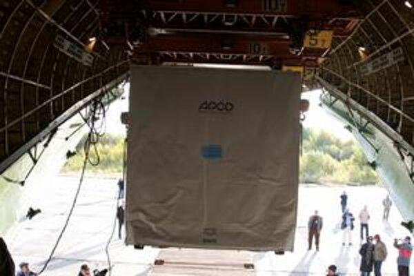 Vykladanie družice SMOS z lietadla. Družica bude merať obsah vlhkosti v pôde a obsah solí v oceánoch.