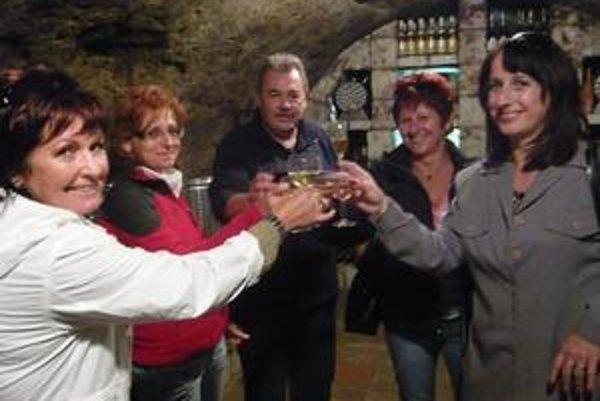 S vínkom. Víno Zoltána Šimka v pivnici vo Veľkej Tŕni chutilo manželke Katke (prvá vľavo) a jej priateľkám Ivete a Júlii. Pochválila ho aj Klaudia (prvá vpravo), ktorá bola hosteskou vo vagóne pre VIP hostí v Tokajskom parnom exprese.