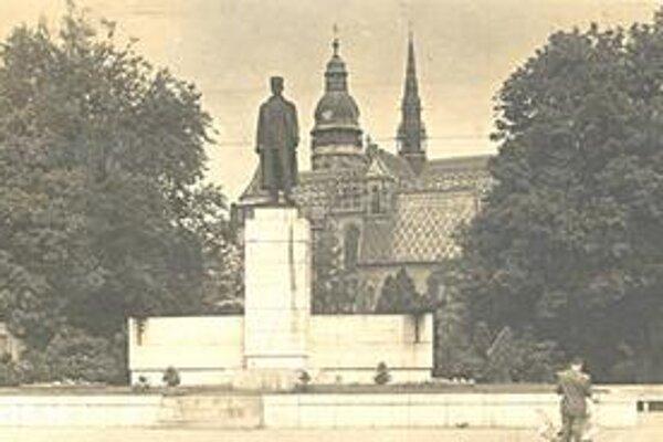 Košice. Z čias prvej ČSR, keď bola na Hlavnej ulici bronzová socha gen. M. R. Štefánika. Po roku 1948 ju odstránili a údajne dali roztaviť.