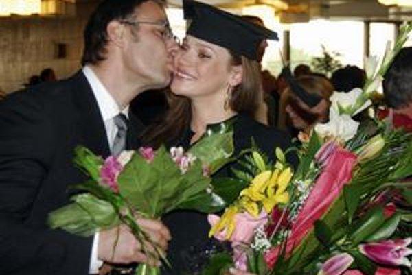 Magisterka. Vyzerá to tak, že Andrea získala titul vďaka bohatému manželovi.