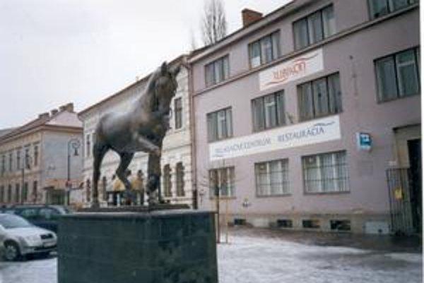 """Dielo Jozefa Václava Myslbeka (1848 - 1922) pod názvom """"Ardo"""" darovala Univerzita veterinárskeho lekárstva v Košiciach v roku 2002 mestu Košice. Nachádza sa na Zvonárskej ulici."""