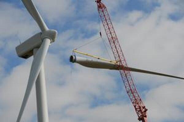 Inštalovanie listu turbíny. Nový list obsahuje materiál, ktorý absorbuje radarové lúče.