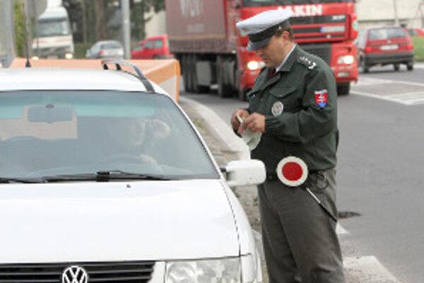 Policajti hliadkujú hlavne na problémových úsekoch ciest.