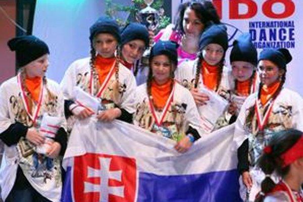 Skvelý úspech. Trénerka Martina Gaššajová s detskou vekovou kategóriou do 11 rokov - v Poľsku získali 2. miesto.