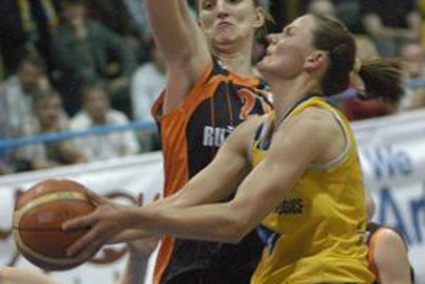Košičanka Hricková (s loptou) sa snaží presadiť cez brániacu hráčku Ružomberka.