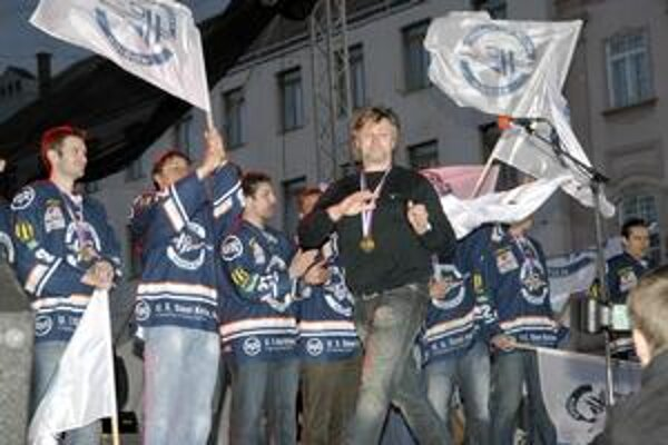 Takto sa Anton Tomko spoločne s hráčmi zvítal s tisíckami fanúšikov na Hlavnej ulici.