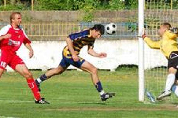Strelec dvoch gólov. Útočník Michaloviec Dušan Sninský strelil do siete Šale dva góly, na snímke zaznamenáva svoj druhý presný zásah.