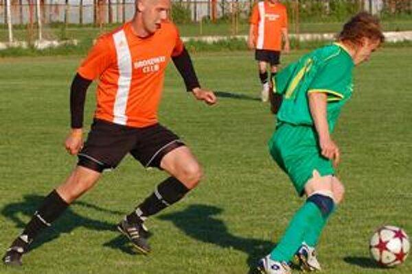 Tretia jarná výhra Strážskeho. Obranca Strážskeho Slavomír Matta (vľavo) strelil druhý gól svojho tímu.