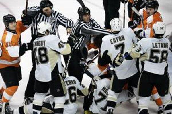 Konflikt na ľade. Šarvátka medzi hráčmi Pittsburghu a Philadelphie.