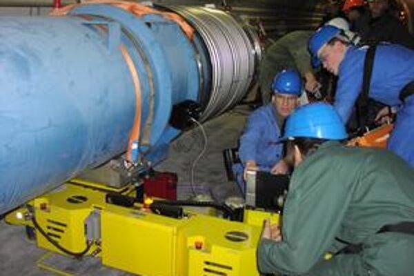 Systém na polohovanie kryomagnetov. Košický ústav  ZTS VVU zaň dostal zlatú plaketu CERN-u.