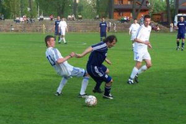 Popradský stopér Dinis (vo svetlom) sa snaží v súboji odstaviť strelca víťazného gólu Ľ. Jacka.