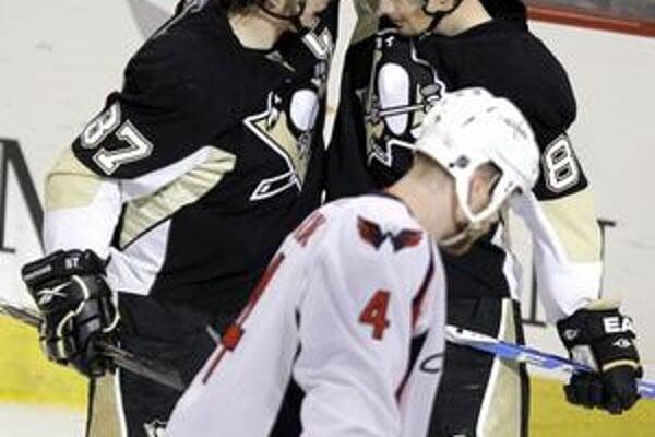 Radosť aktérov. Hokejista Pittsburghu Sidney Crosby sa teší zo svojho gólu proti Washingtonu so spoluhráčom Slovákom Miroslavom Šatanom (vpravo).