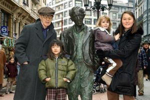 S rodinkou. Manželku Soon-Yi si najprv adoptoval ako dcéru s herečkou Miou Farrow. Dnes s ňou má dve deti.