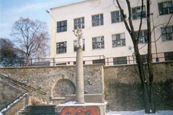 Škola nazvaná podľa Bazila Veľkého. V popredí schodíky a socha sv. Františka z Assisi.