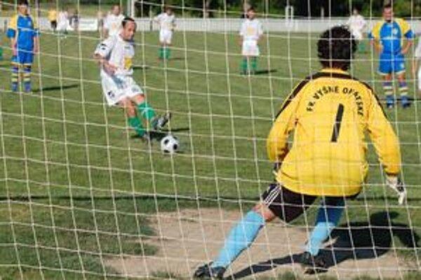Päťgólový M. Lakatoš. Útočník Veľkých Revíšť Miroslav Lakatoš strelil rekordných päť gólov, na snímke zaznamenáva svoj štvrtý.