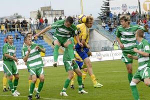 Lopta medzi hlavami. Prešovčan M. Farbák (vľavo) a Košičan D. Škutka odohrali dobrý zápas. Obaja sa dostali do dobrých šancí, no nebolo im súdené skórovať.