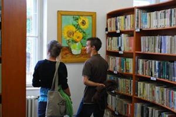 Výstava sa páči. Návštevníci môžu vidieť diela študentov základnej umeleckej školy.