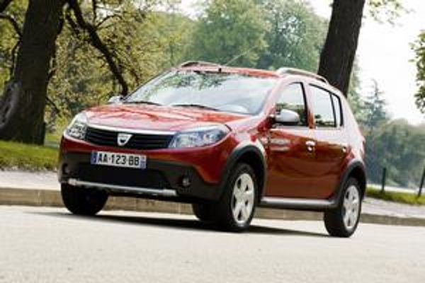Dacia Sandero Stepway. Vozidlo má zvýšený podvozok. Na pohon je k dispozícii jeden benzínový a jeden naftový motor.