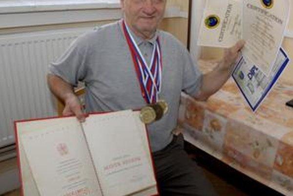 Bartolomej Vereš s najcennejšími trofejami. V pravej ruke drží titul majstra športu, medaily pozbieral v posledných rokoch.