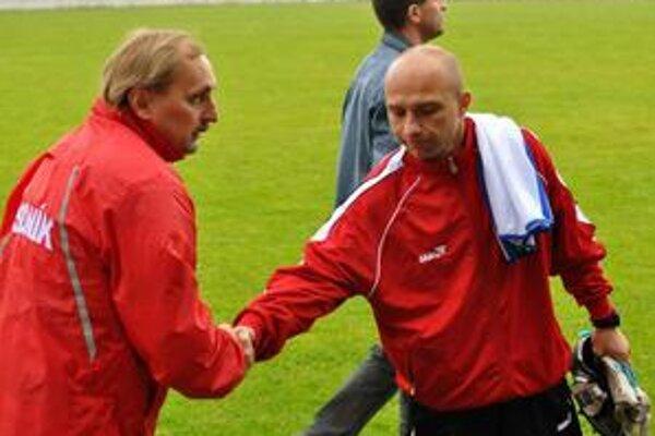Obaja tréneri. P. Piršč a Ľ. Puhák sa mohli po stretnutí porozprávať o spoločnom trápení hráčov v koncovke.