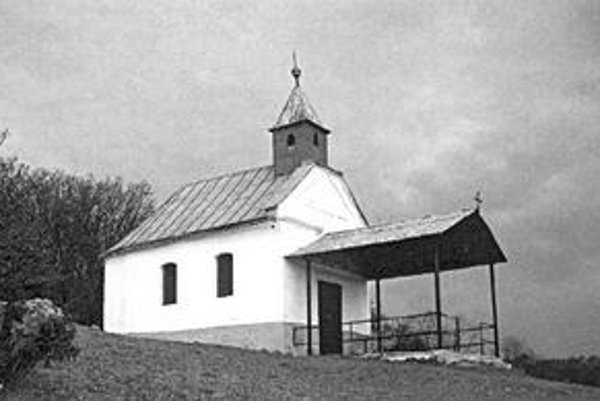 Kaplnka sv. Rocha. Každý rok sa na kopci, kde stojí, konajú púte.
