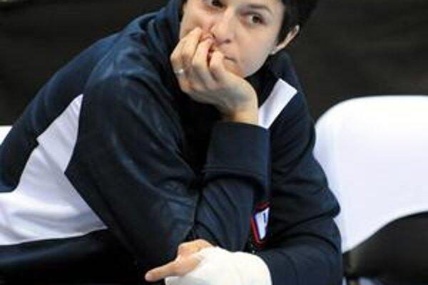 Smutný pohľad. Ivana Jalčová sledovala kľúčové duely ME s rukou v sadre.