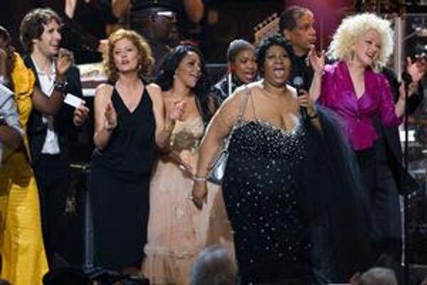 Hviezdy na pódiu. Josh Groban, Susan Sarandon, Little Kim, Aretha Franklin a Cyndi Lauper.