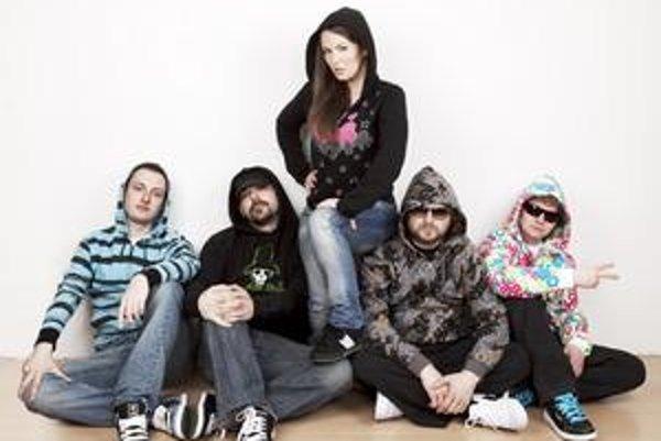 Košicko-bystrické zloženie. Skupina sa teší z nového albumu.