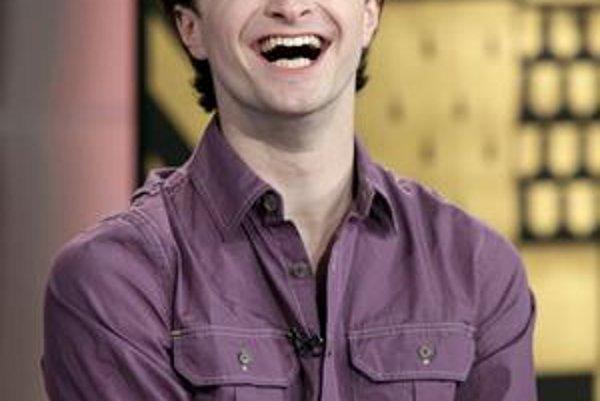 Spokojný úsmev. Daniel je úspešným hercom a na konte má milióny libier.