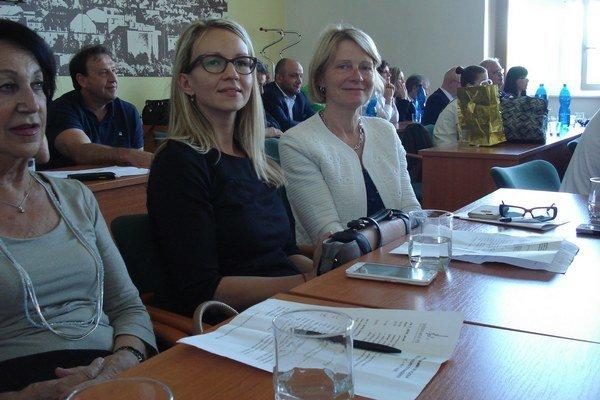 Primátorka V. Louwagie. Na rokovaní zastupiteľstva (vpravo).
