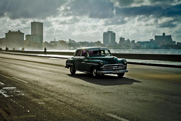 Malecón s americkým autoveteránom.
