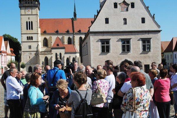 Protest na Radničnom námestí. Obyvatelia odovzdali na radnici petíciu.