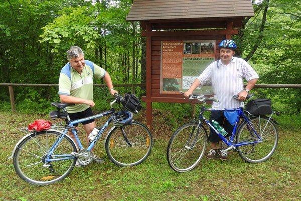 Českí cykloturisti pri jednej z tabúľ v Runine.