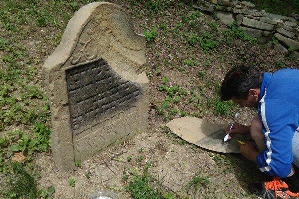Práce pri obnove cintorína.