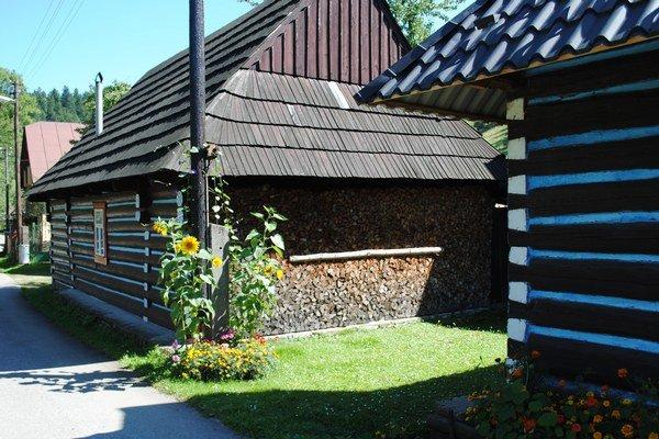 Typické drevenice v Osturni.