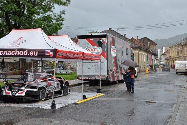 Dobrý záber. Ani dážď neodradil urobiť si fotografiu pretekárskeho auta.