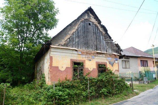 Opustený dom vRožňavskom Bystrom. Mnohé ľudové domy vokrese ostali zabudnuté.
