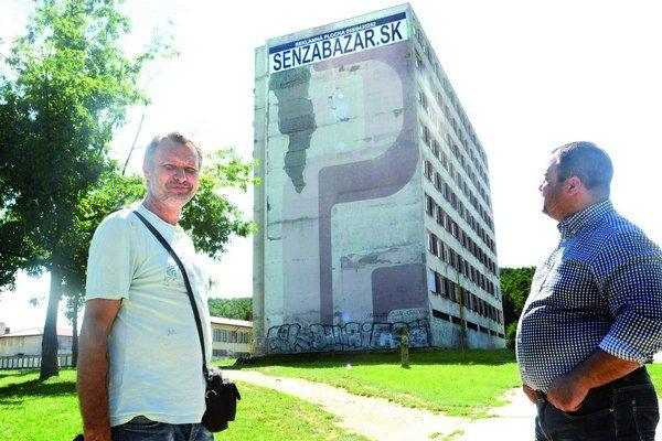 Ladislav Demčák (vľavo) a starosta mestskej časti (vpravo). Za získané peniaze chcú opraviť fasádu paneláka.