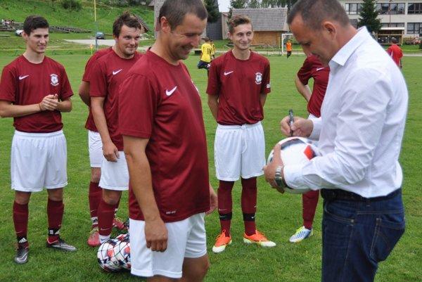 Dušan Tittel podpísal jednu loptu strelcovi najkrajšieho góla v našej súťaži Gól jari.