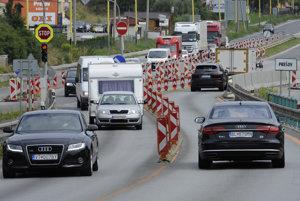 Príjazd a výjazd na diaľnicu riadi už pár rokov semafor. Domáci so zvykli, cudzinci krútia hlavami.