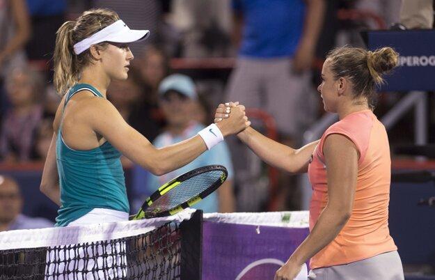 Bouchardová (vľavo) gratuluje slovenskej tenistke k postupu do ďalšieho kola.