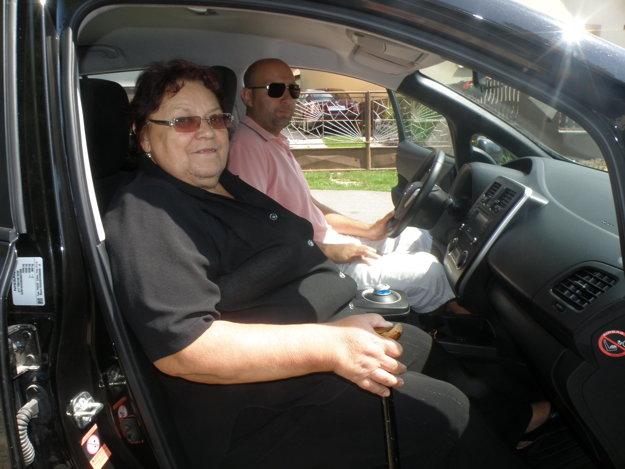 Slová chvály zneli z úst Ľudmily Novákovej a jej syna Branislava na jazdenie v elektromobile.